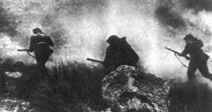 Atak piechoty pod osłoną dymną.
