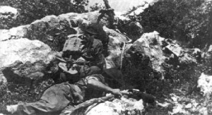 Natarcie na pozycje nieprzyjaciela. Niemieckie bunkry wysadzano minami zawieszonymi na tyczkach.