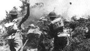 Piechota w natarciu; atak przy użyciu granatów na pozycje npla na Widmo.