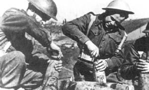 Żołnierze z kolumny zaopatrzenia w czasie montowania głowic  i zapalników.