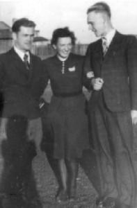 """Z lewej ppor. Kazimierz Miernik  """"Borsuk"""" dowódca Placówki Nr 114 na Posadaju, inicjator scalania amunicji, rozstrzelany 6.07.1944 r. Obok Zofia  Dobosz oraz Edmund Siudek, żołnierze  z Placówki 114. E. Siudek również zamordowany w 1944 r."""