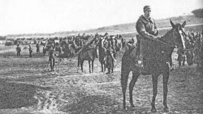 """4 pp Leg. w marszu na koncentrację. Na pierwszym planie por. """"Barabasz"""" (Marian Sołtysiak)."""