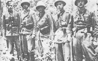 """Żołnierze plutonu warszawskiego zgrupowania ppor. """"Robota"""". Od lewej: (NN), """"Jacek"""" (Jacek Szperling), """"Adaś"""" (Adam Wolf), """"Świstak"""" (Jerzy Sęk), """"Czajek"""" (Witold Jurczyński)."""