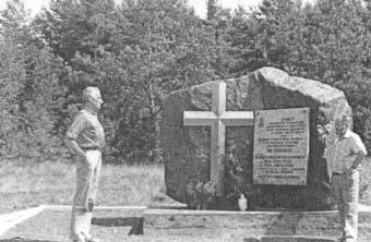 """Pomnik pod Smarkowem, gdzie 13.09.1943 r. zgrupowanie """"Robota"""" rozbiło ekspedycję Kerna zabijając 20 Niemców. Poległo 3 żołnierzy AK: """"Adaś"""" Adam Wolf, """"Szczerba"""" Bogusław Modzerowski, """"Gryf"""" Jerzy Ciszek."""