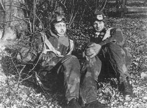 Cichociemni – spadochroniarze Armii Krajowej – por. Stefan Bałuk i por. Benon Łastowski w oczekiwaniu na skok bojowy do Kraju.