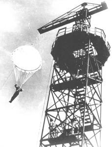 Skok z wieży spadochronowej w Largo House (Szkocja). Była to pierwsza wieża spadochronowa w Wielkiej Brytanii a zbudowali ją Polacy.