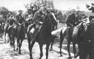 """Zwiad I batalionu 2 pp Leg. Od prawej """"Żbik"""" (Marian Łyżwa), ppor. """"Bogoria"""" (Stanisław Skotnicki), d-ca zwiadu """"Huragan"""" (Skowron), """"Strzemię"""" (Sylwester Jaworski), """"Zator"""" Mieczysław Borkowski, """"Kut"""" NN, """"Zmrok"""" Wacław  Szumielewicz."""