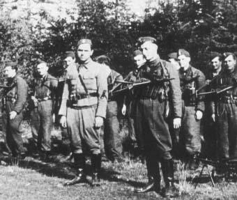 """Por. """"Ponury"""" Jan Piwnik, ppor. """"Robot"""" Waldemar Szwiec. W głębi pluton pchr. """"Allana"""" Tadeusza Jencza."""