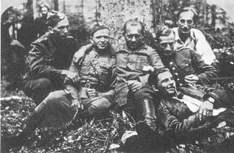 """Oficerowie Zgrupowań """"Ponurego"""", na Wykusie. Od lewej: ppor. Rafał Niedzielski (cc """"Mocny""""), ppor. Władysław Czerwonka ps. """"Jurek"""", ppor. Wincenty Waligórski ps. """"Witek"""", ppor. Stanisław Pałac ps. """"Mariański"""", ppor. Waldemar Szwiec (cc """"Robot""""); leży por. Jan Rogowski (cc """"Czarka"""")."""