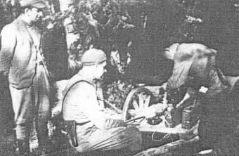 Uciążliwe było transportowanie ciężkiej broni maszynowej i amunicji. Leśni cieśle i ślusarze umocowują na dwukołowych wózkach konnych (taczankach) ciężki sprzęt.