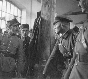Polski jeniec przesłuchiwany przez niemieckiego oficera.