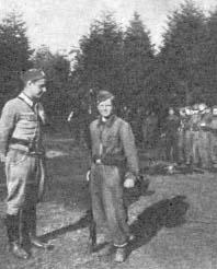 """Najmłodszy żołnierz z oddziału """"Robota"""" (Waldemar Szwiec) – """"Sokolnik"""" (Henryk Fąfara) rozmawia z """"Ponurym"""" (Jan Piwnik)."""