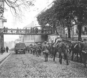 Strzelcy górscy z końmi jucznymi podczas marszu na front w miejscowości Gorlice.