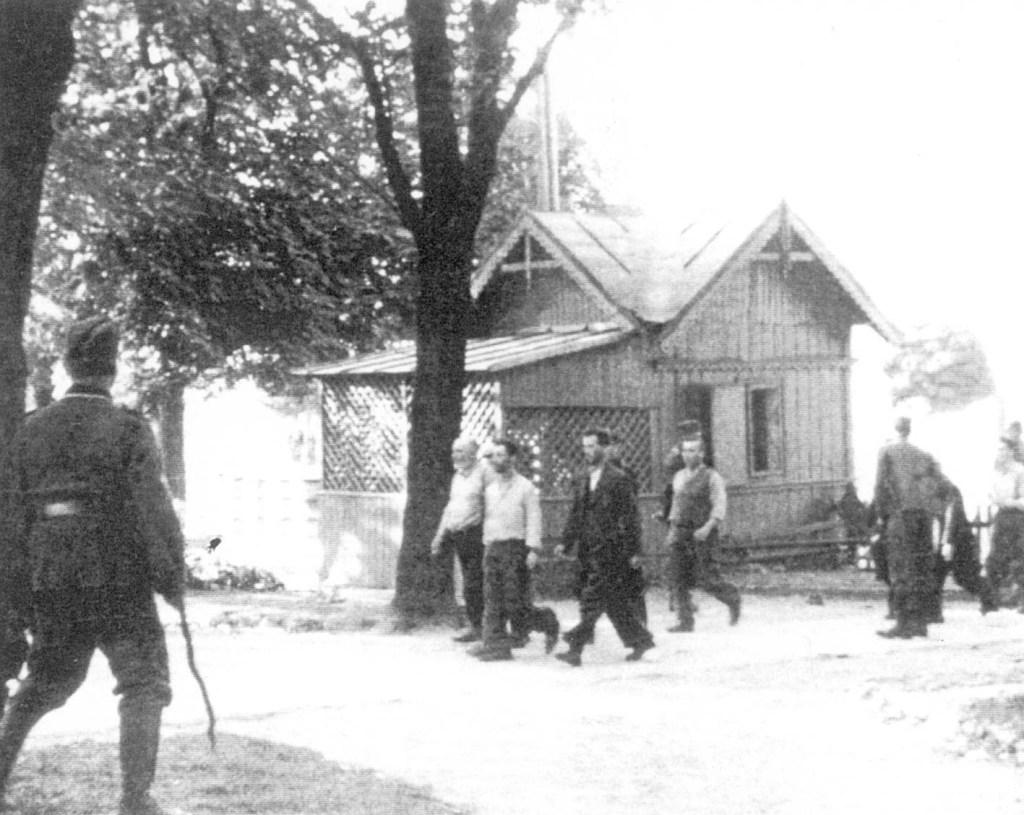 """12 września 1939, Końskie. Żydzi zmuszeni do kopania grobów poległym żołnierzom niemieckim. Zdjęcia opublikowane w czasopiśmie """"Karta"""" nr 30/2000."""