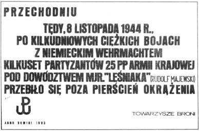 """Tekst na metalowej tablicy zamocowanej na obelisku (zerwana przez """"nieznanych sprawców"""")."""