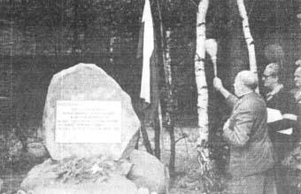 """Ks. kapelan 25 pp AK kpt./mjr """"Ksawery"""" (Marian Skoczowski) podczas poświęcenia obelisku, za nim autor i dalej kpt./ppłk """"Bończa"""" (Kazimierz Załęski)."""