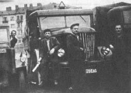 """8-tonowy Hanomag Diesel Holzgas Nr rej. DW 86045, którym por. """"Czarka"""" wiózł 3.01.1944 r. zaopatrzenie dla Zgrupowania """"Ponurego"""". Z kabiny ciągnika wygląda Stefan Kupniewski, kierowca tej ciężarówki."""