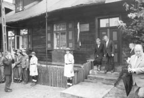 Dom, w którym zginął por. Zygmunt Proch. Po odsłonięciu tablicy, na schodach przed wejściem córka i syn. Starachowice 30.07.2000 r.