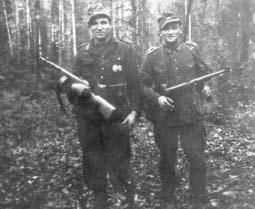 """Od lewej: Kazimierz Bigadło """"Walery"""" i Jan Duraziński """"Sosna"""", Ślązacy, uciekinierzy z Wehrmachtu, zachowując broń  i umundurowanie, trafili do oddziału ppor. """"Wrzosa""""."""