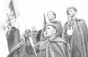 Generał Zygmunt Bohusz-Szyszko przyjmuje sztandar brygady z rąk naczelnego wodza.