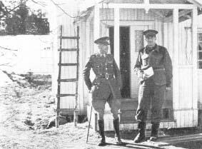 Generał Carton de Viart przed swoją kwaterą w Norwegii.