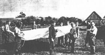 """Po przyjęciu cichociemnych na placówce """"Rozmaryn"""" 22 września 1944. Od prawej  z talerzem cichociemny ppor. """"Pożar"""" (Zenon Stanisław Sikorski), cichociemny plut. """"Strażak 2"""" (Kazimierz Śliwa), żołnierze 4. pp Leg. """"Tommy"""" (Tommy Muir) – Szkot, uciekinier ze stalagu, """"Jasiu"""" (Jan Ogrodnik), """"Wacek"""" (Eugeniusz Jakubek), """"Leszek"""" (Henryk Żytkowski), """"Kuba"""" (Jakub Gonciarz), """"Sławek"""" (Andrzej Borkowski), """"Ciupa"""" (Jerzy Kisiel), """"Mietek"""" (Mieczysław Szumilewicz), """"Olek"""" (Aleksander Nowak)."""