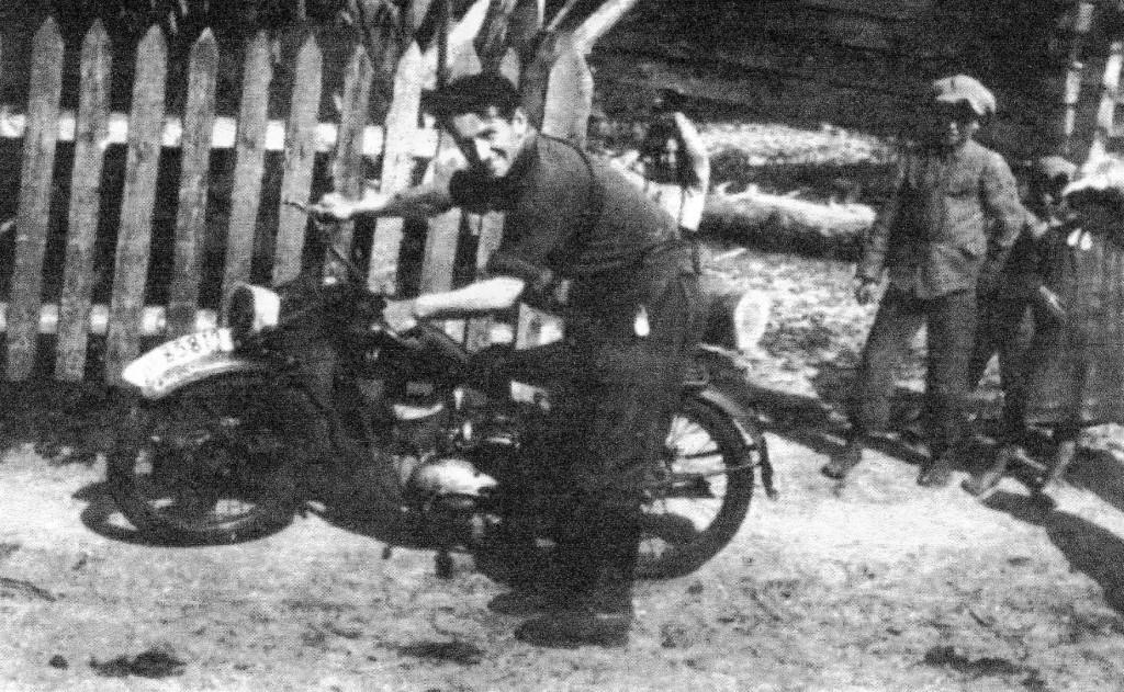 """Ppor. Stanisław Białecki """"Scevola"""" ze dobycznym motocyklem."""