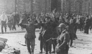 Jeńcy niemieccy wyprowadzeni z PAST-y.  Fot. Eugeniusz Lokajski.