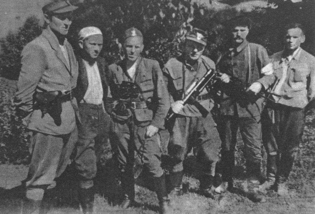 """Oficerowie III batalionu 2 pp Leg. Stoją od lewej: NN, ppor. """"Polny"""" (Wacław  Czosnek), ppor. """"Reder"""" (Dionizy Mędrzecki), ppor. """"Salwa"""", sierż. """"Tur"""" (Lucjan Bielecki), NN."""