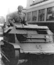 Mało znane zdjęcie autora wspomnień Mieczysława Bielenina w tankietce typu 7 TP (był porucznikiem kompanii tankietek w 30 Dywizji Piechoty), zrobione na ulicach Łodzi w listopadzie 1938 r.