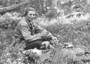 """Zdjęcie z końca września 1944 r. w lasach osieczyńskich. Siedzi """"Hanka"""" obok rannego patyzanta."""