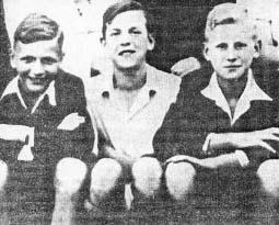 """Harcerze z Baranówka w 1943 roku, od lewej: Zbigniew Krzywdziński ps. """"Sztyfcik"""", Stanisław Nagaba ps. """"Jeleń"""", Wiesław Gołas ps. """"Wilk""""."""
