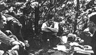 """Ćwiczenia Grupy Szturmowej (GS) z Chorągwi Kieleckiej. Zajęcia prowadzi wizytator Szarych Szeregów """"Wojtek"""" (Jerzy Jabrzemski) – pierwszy z prawej. Dalej siedzą – od prawej: """"Rajski"""" (Józef Rzeźnicki), """"Ziemomysł"""" (Jan Suliga), """"Andrzej"""" (Roman Cichoń)."""