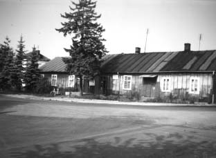 W tym budynku w okresie okupacji w latach 1939-45 mieścił się posterunek policji.
