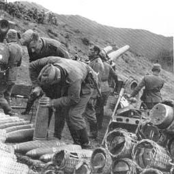 Ciężka artyleria niemiecka i bombowce nurkujące bezskutecznie starają się zburzyć grecką linię obrony Metaxa.