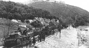 Niemieckie jednostki pancerne w marszu na Larissę. Po 10-dniowych ciężkich walkach grecki front został załamany, co zagrażało brytyjskiemu korpusowi znajdującemu się w centrum kraju.