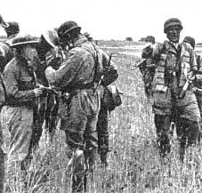 Przesmyk koryncki, spadochroniarze niemieccy zatrzymują brytyjskich żołnierzy i oficerów do niewoli, kierujących się do punktów załadunkowych na Peloponezie.