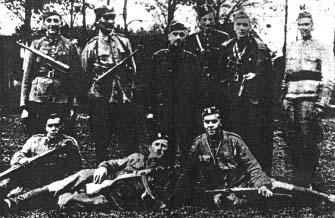 """Zwiad I batalionu 74 pp. W środku w drugim rzędzie dowódca 2. kompanii  kpt. """"Andrzej"""" (Florian Budniak), w prawo por. """"Łeb"""" (Skoczyński), pchor. """"Sznapsik"""" (Andrzej Konarski), pozostali NN."""