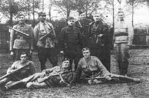 "Legendarny dowódca kompanii, por. ""Andrzej"" z ochroną sztabu. Lasy koło Radomska, jesień 1943 r."