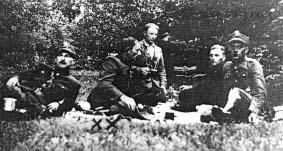 """Kpt. """"Marcin"""" (Mieczysław Tarchalski) omawia z oficerami AK i BCh przebieg akcji zbrojnej. Lasy koło Włoszczowej."""