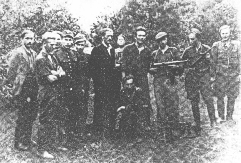 """Jedna z drużyn oddziału """"Marii"""". Stoją od lewej: """"Plater"""" (Eugeniusz Wereda), pochr. """"Sowa"""" – poległ pod Ciechowicami, N.N., N.N., kpr. """"Groźny"""" – poległ pod Kozienicami, """"Zwierz"""" (Stefan Lis), """"Łazik"""" (Władysław Kuc) – poległ pod Pionkami, """"Maria"""" – dowódca oddziału, """"Oskard"""" (Mirosław Kowalski), """"Skała"""" – poległ pod Ciechostowicami, klęczy N.N."""