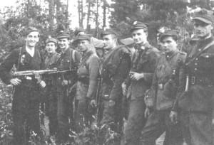 """Część oddziału partyzanckiego """"Harnasia"""" w czasie koncentracji w lasach skaryszewskich latem 1945 r."""