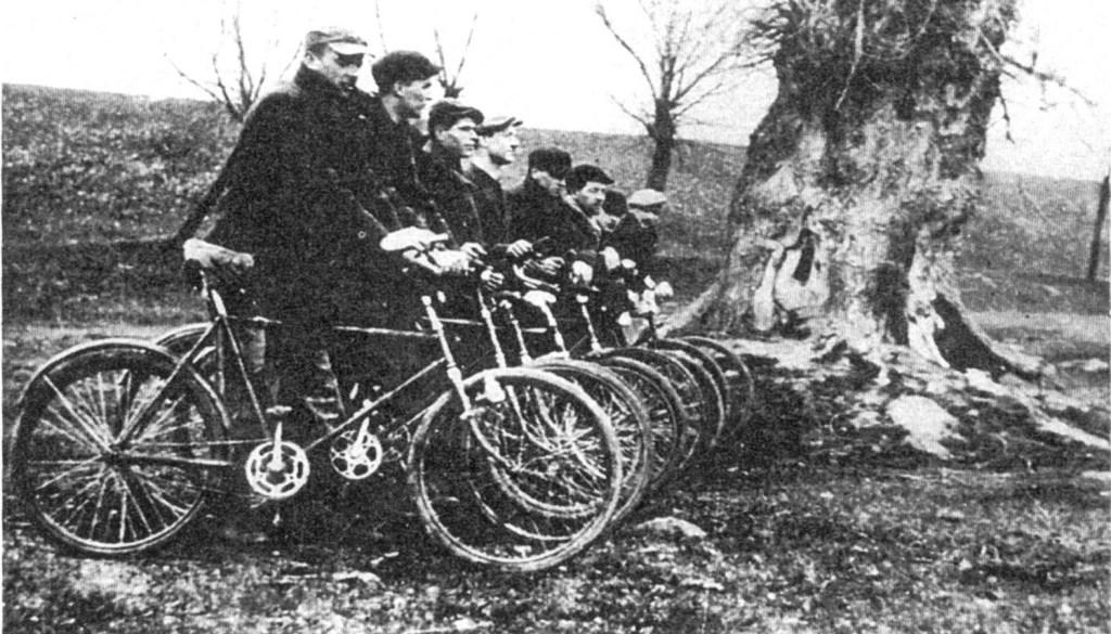 """Patrol rowerowy """"Jędrusiów"""" w drodze na akcję w Orczkach k. Szczucina. 8.04.1943 r."""