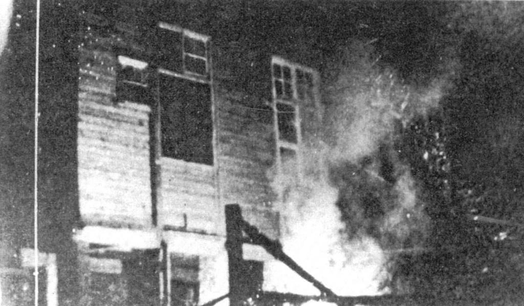 """Jeden z wielu urzędów gminnych płonie po akcji """"Jędrusiów"""" – czerwiec 1944 r."""