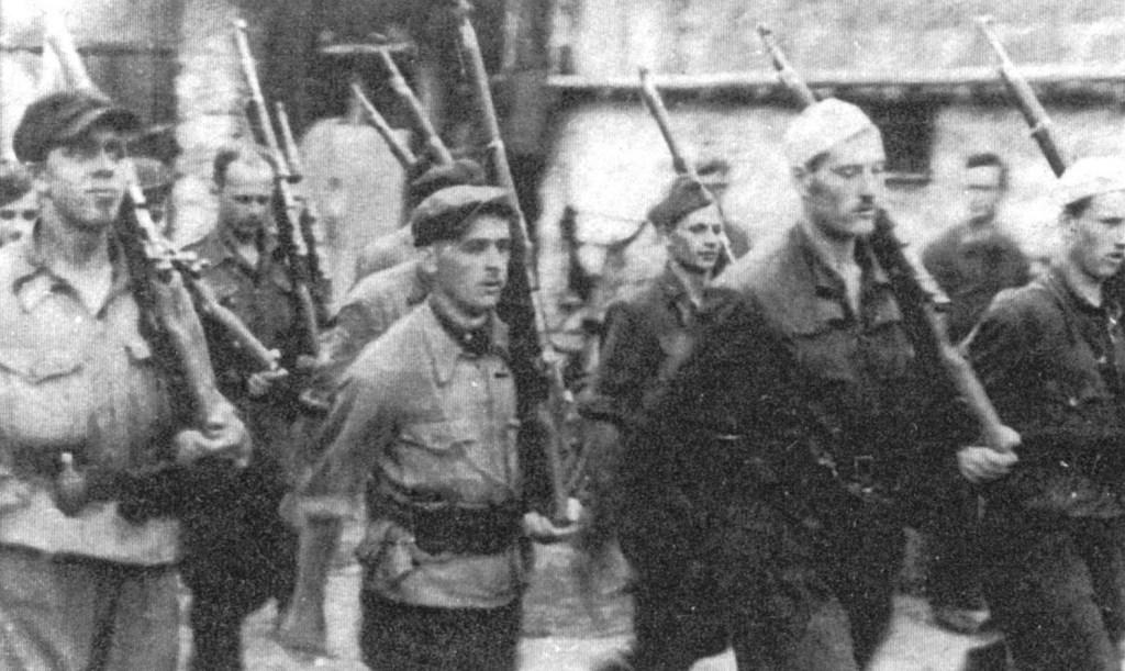 """Lipiec 1944 r. – przemarsz oddziału """"Jędrusiów"""" przez Rybnicę (Okręg Kielecko-Radomski)."""