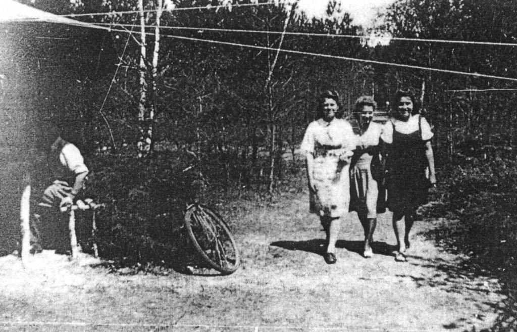 Często do obozowiska leśnego przybywały łączniczki z Wojskowej Służby Kobiet (WSK).