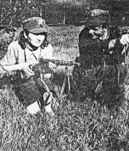 """Ćwiczenia WSK (Wojskowej Służby Kobiet). Instruktor ppor. """"Karol""""  (Kazimierz Tkacz) i strzelec """"Kalina"""" (Halina Czerwińska)."""