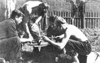 """Produkcja min przeciwczołgowych. Od lewej: """"Mrówka"""" (Edmund Gnadkowski), """"Habdank"""" (Jerzy Stefanowski), """"Smrek"""" (Stanisław Skorupka), """"Łoś"""" (Eugeniusz Kowalski)"""