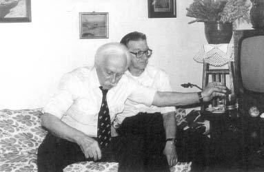 """Mjr Jerzy Oskar Stefanowski """"Habdank"""" podczas spotkania w Warszawie 1985 r. Obok w okularach por. Jerzy Woźniakiewicz z kompanii """"Szarego"""""""