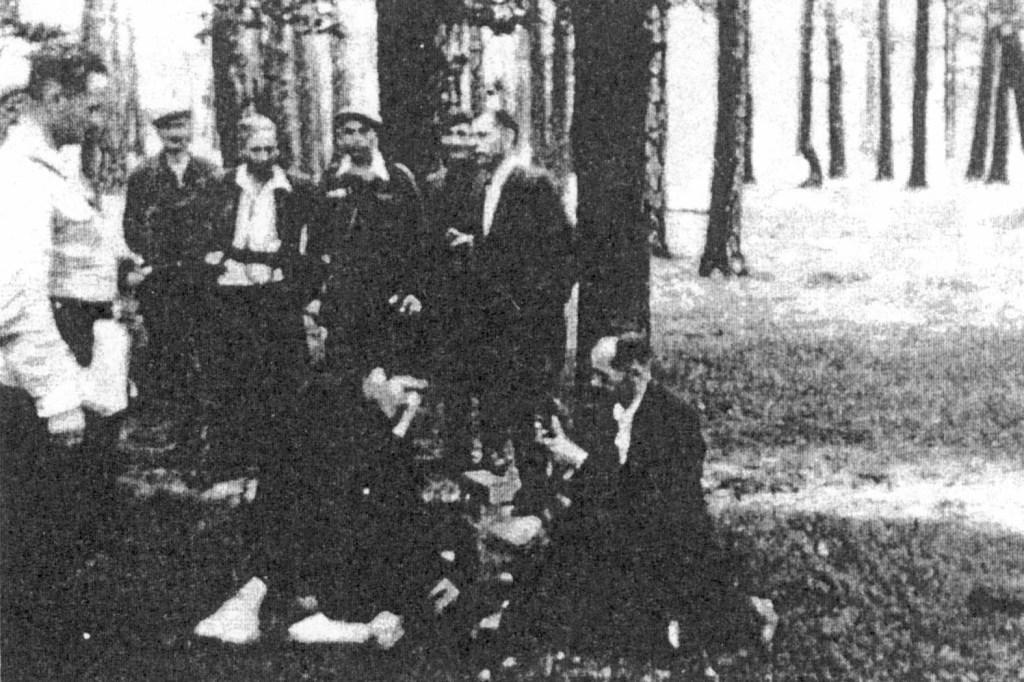 """Próba działania odbiornika ze zrzutu. Od lewej stoją: kpt. Piotr Kabata (""""Wujek""""), kpr. Józef Romański (""""Orsza""""), ppor. Józef Mrożkiewicz (""""Brzoza""""), ppor. Leon Stola (""""Dąb""""), st. sierż Władysław Buba (""""Potocki"""")."""
